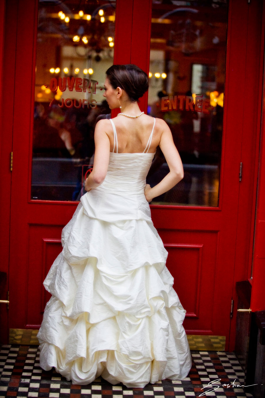 Sasha_Photography_bride-Red-Doors